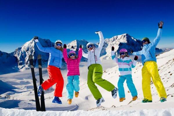 Cum să te bucuri de sezonul de schi – recomandări privind alimentația și pregătirea fizică