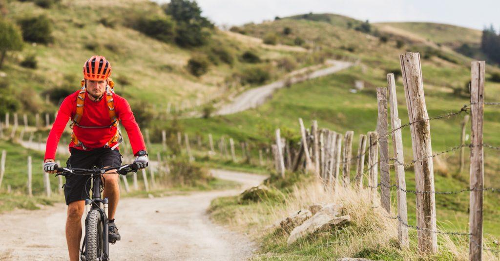 Bărbat-practicând-ciclism